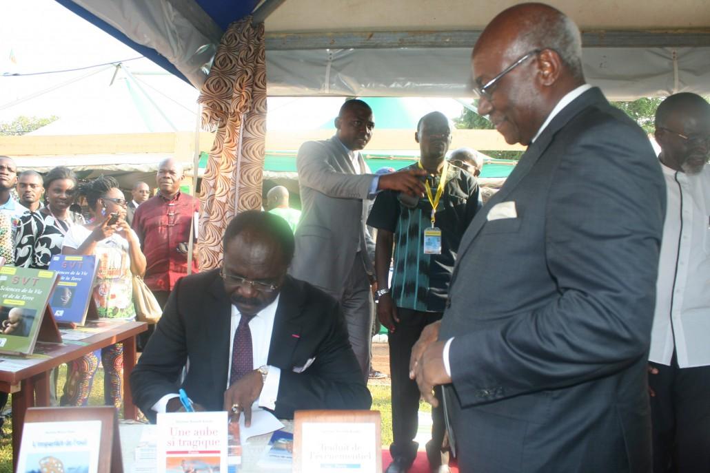 Narcisse Mouelle Kombi, Ministre camerounais des arts et de la culture - Crédit Afrolivresque
