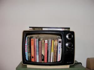 Télévision transformée en bibliothèque - Afrolivresque